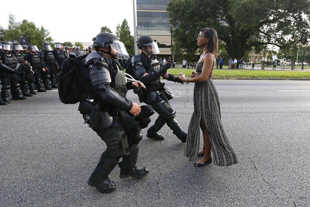 A rendőrök elviszik a Black Lives Matter mozgalom egyik tütetőjét.