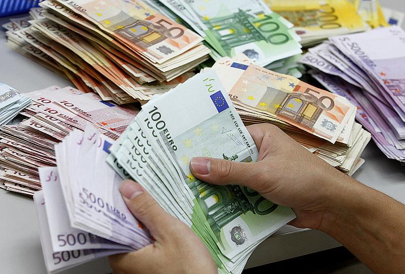 Ingatlanvásárlás: több mint 200 millió forint értékű eurót csalt ki egy külföldi nő magyar áldozatoktól