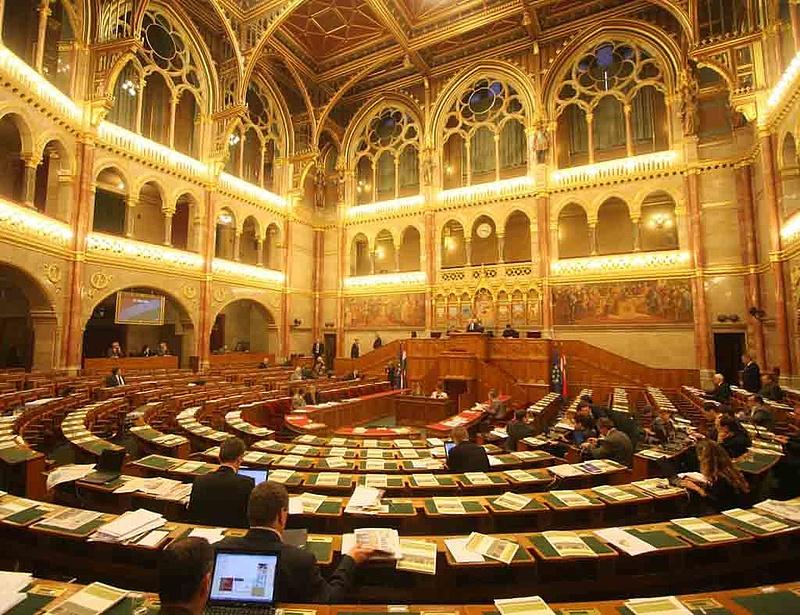 Negyvenöt óra után tart rövid pihenőt a parlament