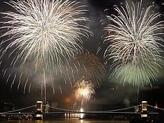 Törölhetik a tűzijátékot - figyel az operatív törzs