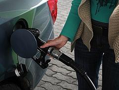 Most emelhetné meg a benzin adóját a kormány