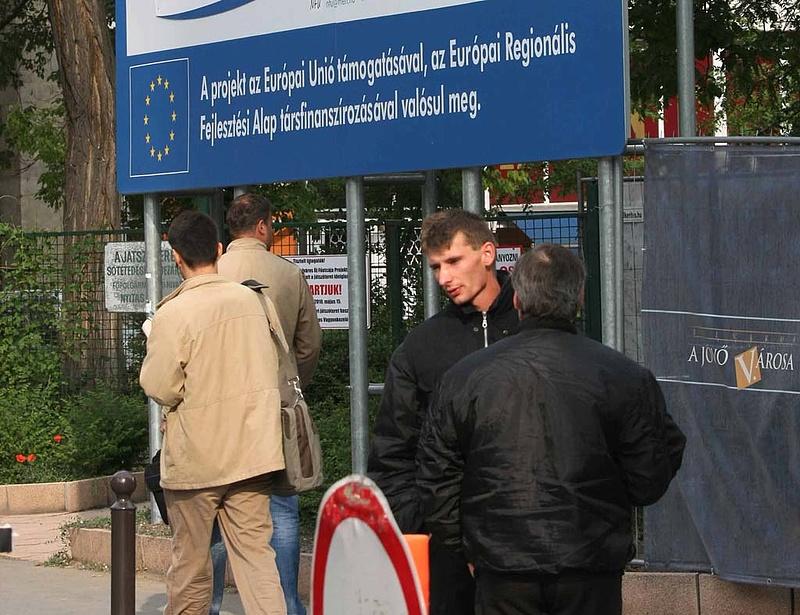 Hétszázmilliárdos csúszásban az uniós projektek