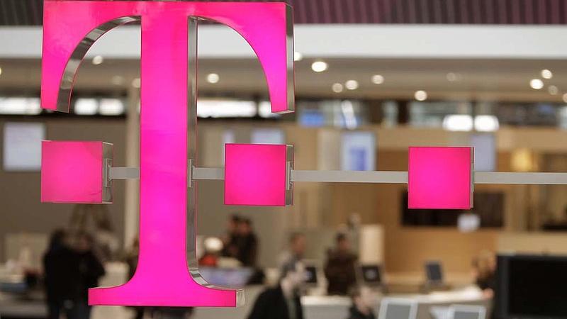 Felére esett a Telekom eredménye
