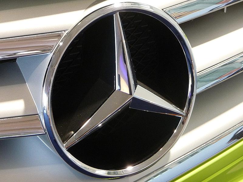 Merkelék megfenyegették a Mercedes tulajdonosát