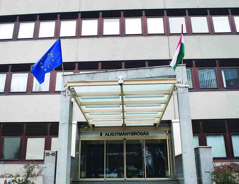 Szerdán reagál a kormány az Alkotmánybíróság tiltására