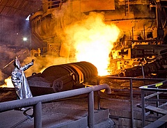 Kézen fogta a kormány a vasművet