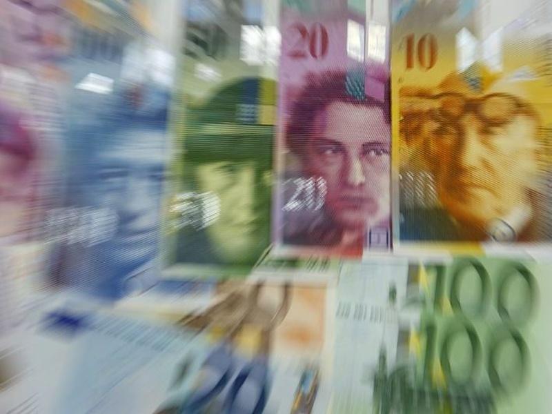 Zuhan a forint, 307-nél az euró!