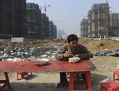 Elkezdtek dőlni a dominók Kínában, újabb ingatlancégek jelentettek csődöt