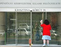 Pert vesztett a hitelintézet - tisztességtelen volt a kikötés a bíróság szerint