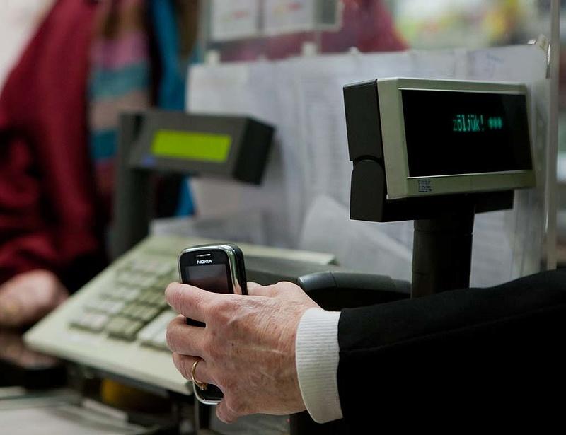 Itt a jövő: mobillal is fizethetünk a kasszáknál