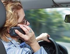 Autósok, figyelem! Így büntetik a vezetés közbeni telefonálást!