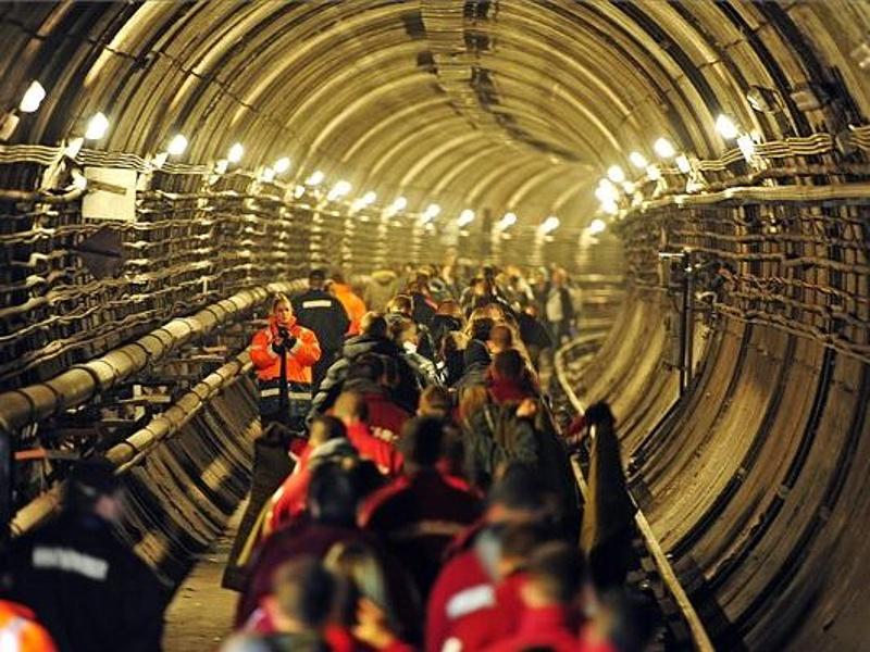 Tűz miatt kiürítik a Deák Ferenc téri metróállomást