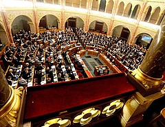 Ilyen még nem volt: biankó konszolidációt szavazott meg a parlament