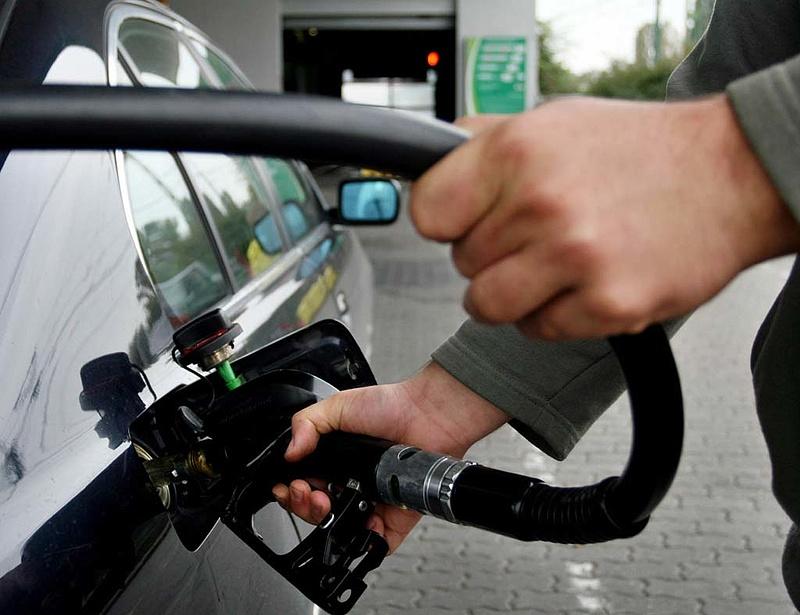 Péntektől még olcsóbb lesz a benzin