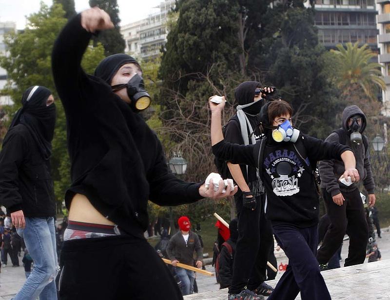 15 ezer közalkalmazottat bocsát el Athén