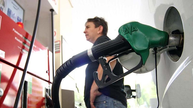 Durva meglepetés jöhet év végén a benzinkutaknál