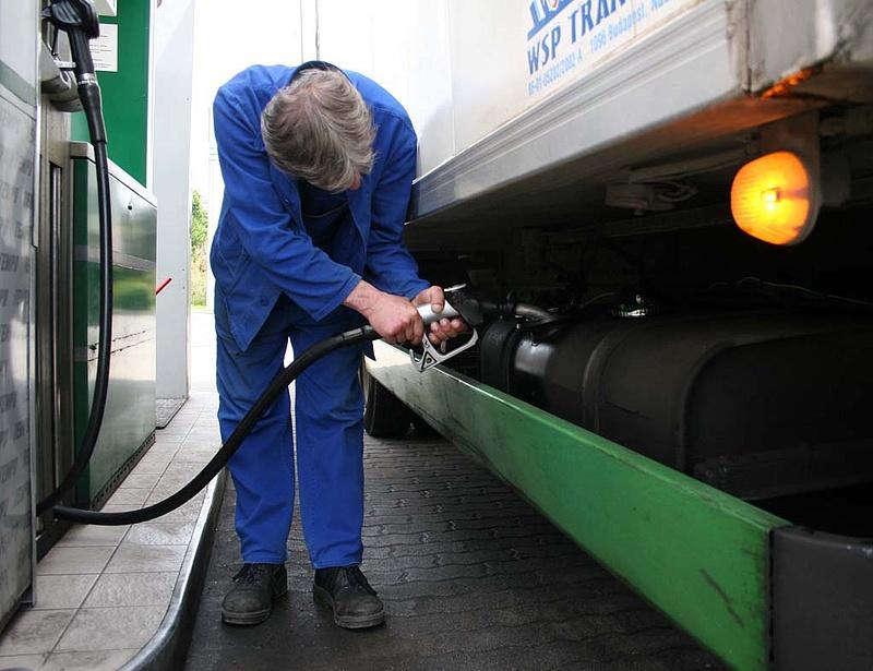 Újabb öt forinttal lett olcsóbb a benzin