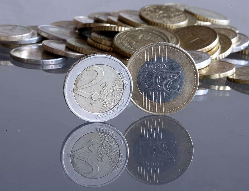 296 forint alatt is járt reggel az euró