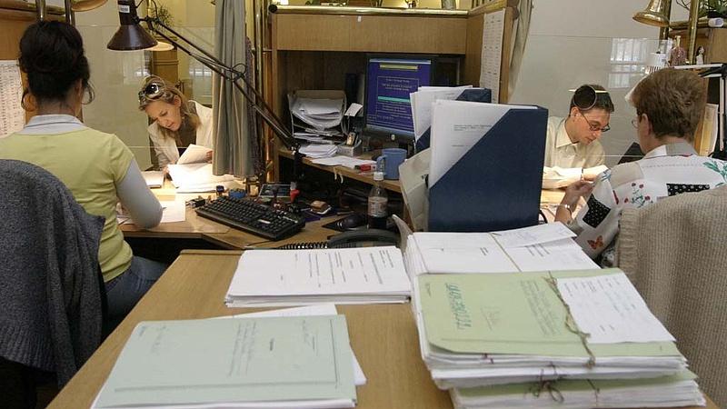Fontos bejelentés: csökkenhet a közalkalmazottak száma