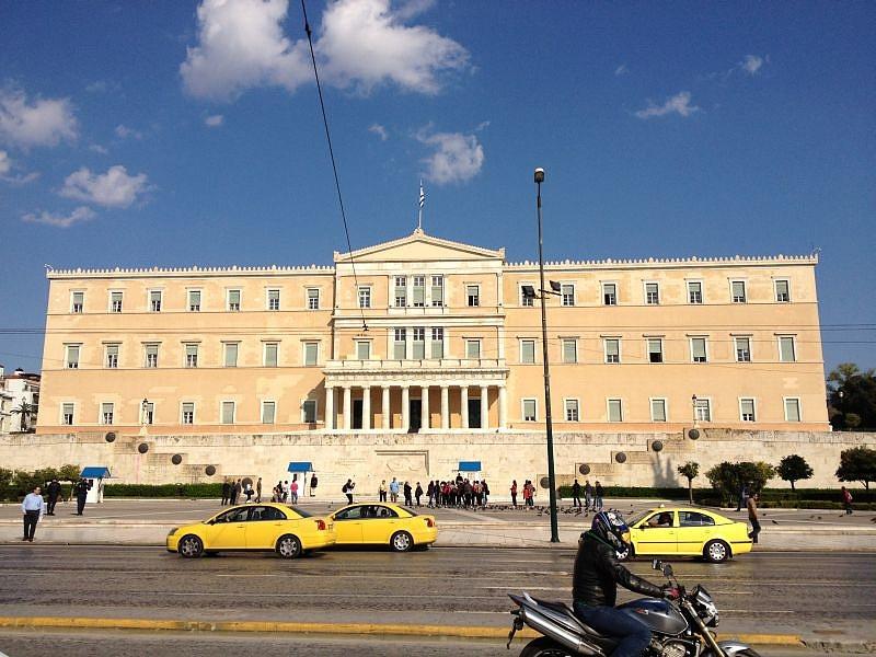 Felosztlatták a görög parlamentet, kiírták az új választásokat