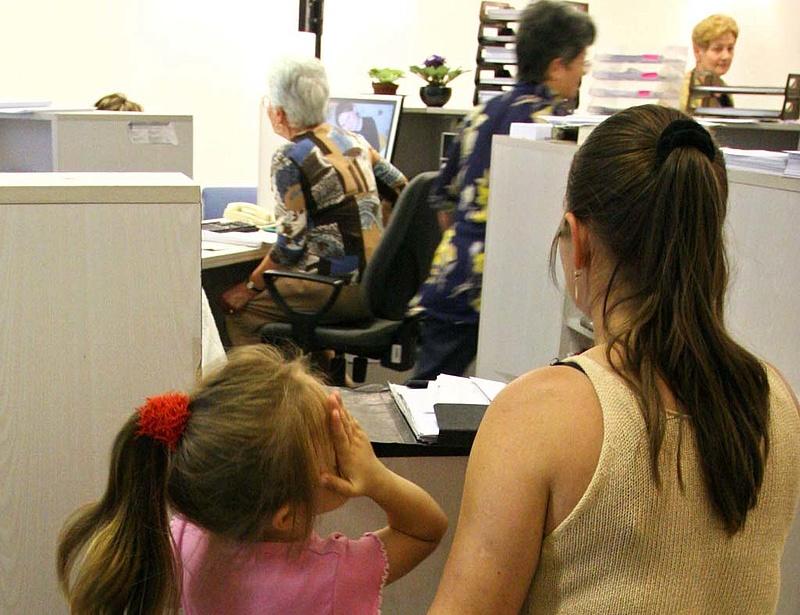 Káosz a GYES körül - pénz nélkül maradnak a kismamák