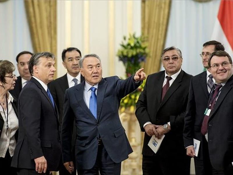 30 év uralkodás után hirtelen lemondott Kazahsztán teljhatalmú elnöke