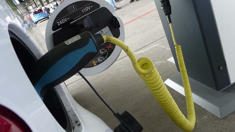 A kormány megint átírta az elektromos autótöltők szabályozását