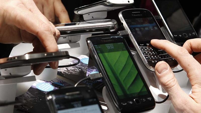Több száz telefont koboztak el egy kereskedőtől a hatóság emberei