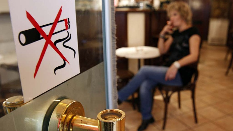 Megtiltották a dohányzást a nyilvános zárt helyiségekben Romániában