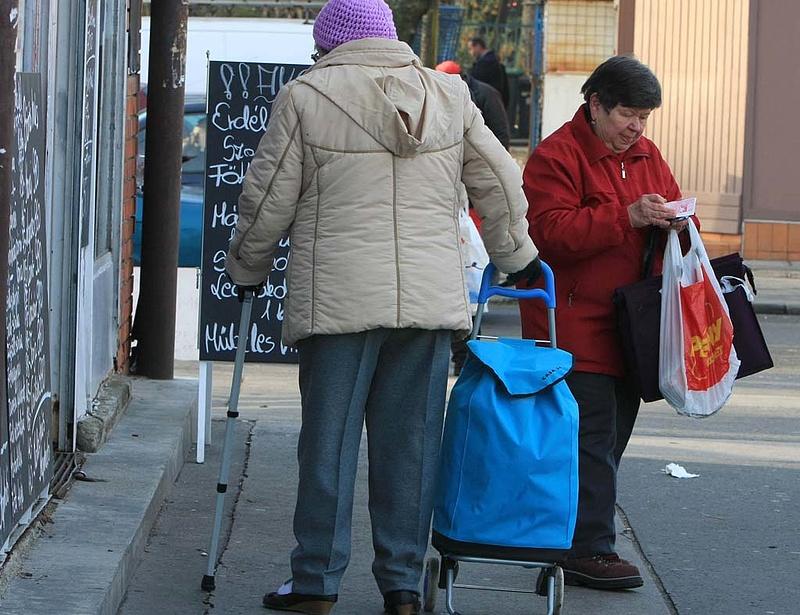 Nyugdíjügyek: hiába a jogosultság, ezrek egy fillért sem kapnak hónapok óta