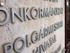Koronavírus: helyi diktátor lesz a polgármesterekből