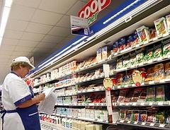 Ömlik a pénz bérre a magyar boltokban