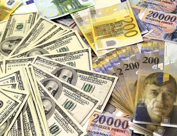 Éves rekordra gyengült a forint
