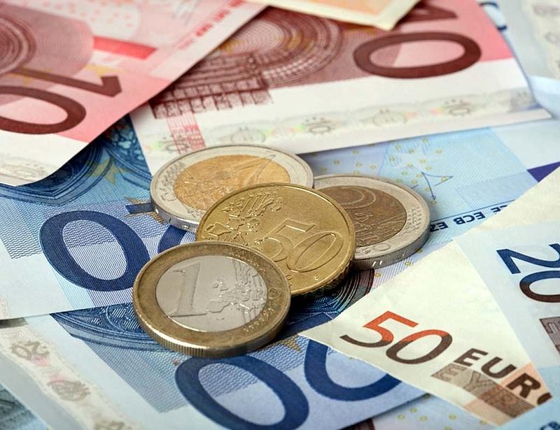 300 forint felett mocorog az euró
