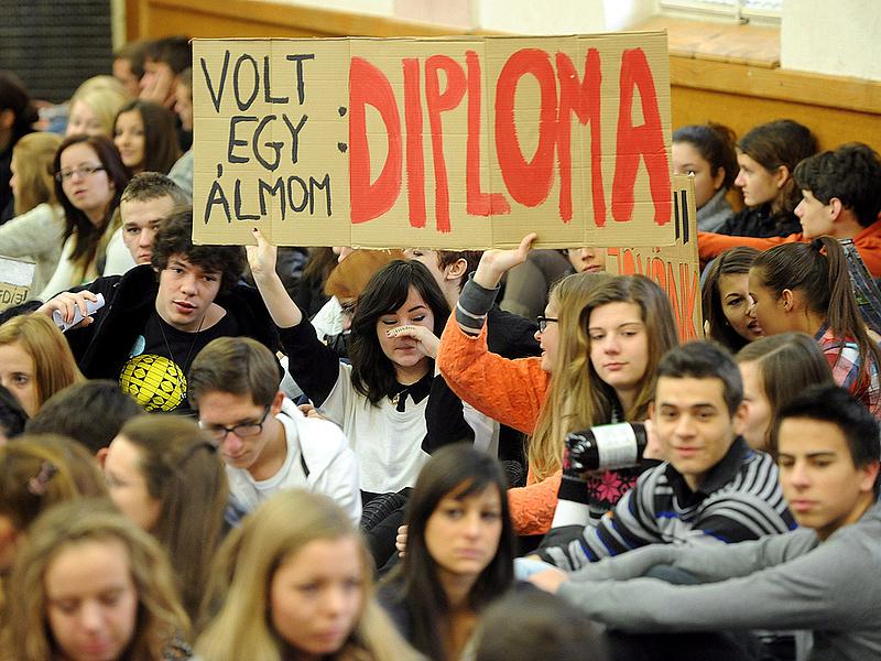 Nincs nyelvvizsgája? Diplomamentő programot indít a kormány