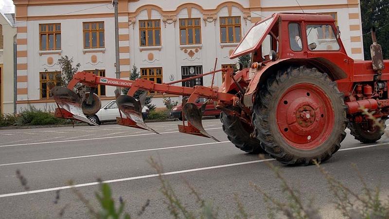 Autósok, figyelem: ellepik a traktorok a főutakat