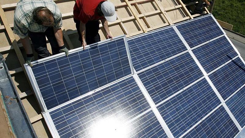 Öntisztítós, önhűtéses napelemes rendszert építettek - kiderült, hogy megéri