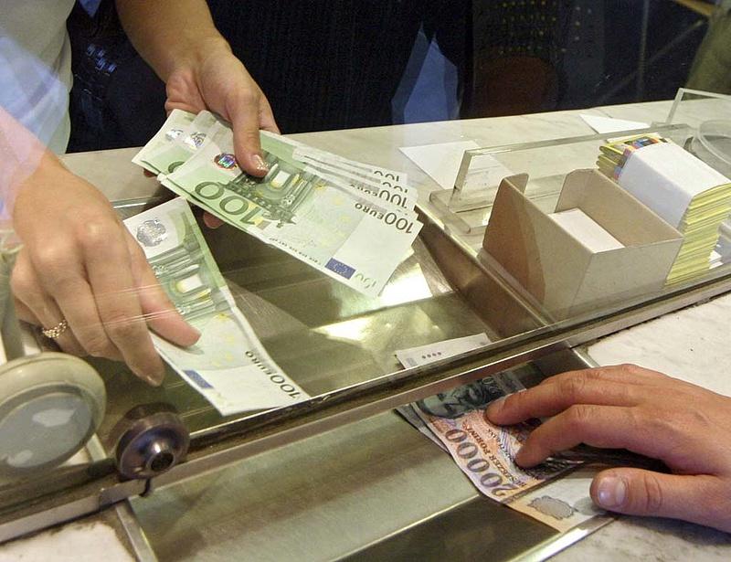 Közel a 300 forintos euró