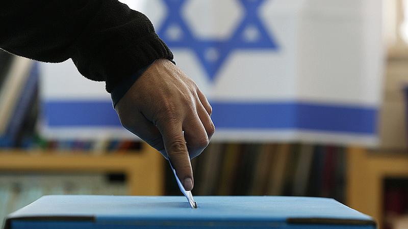Megkezdődött a parlamenti választás Izraelben, a karanténban lévőknek sátrakat állítottak fel