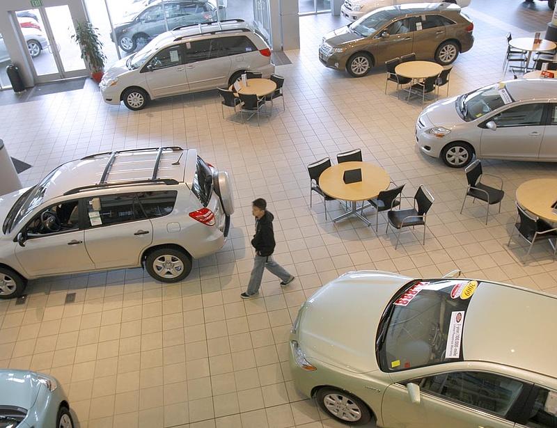 Rossz hírt kaptak az autógyártók - tovább estek a kínai eladások