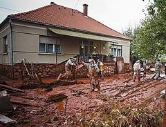 A vörösiszap-károsultaknak 400 milliót ad az állam