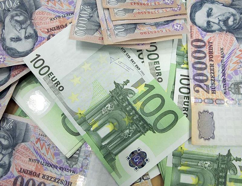 Reggel is 300 forint körül jár az euró