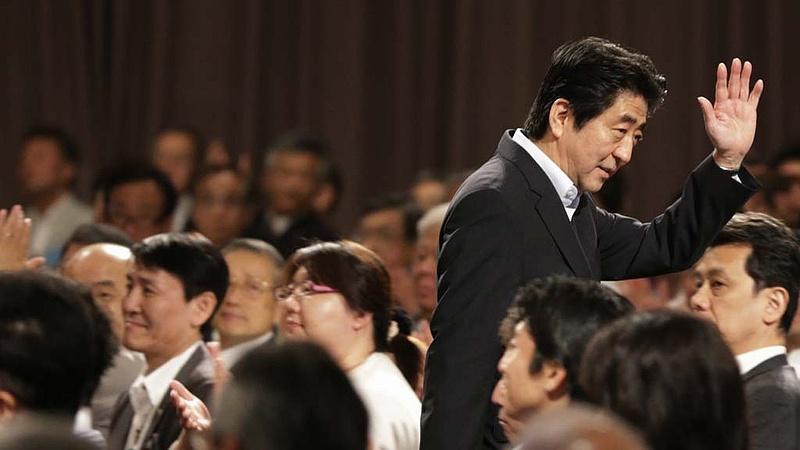 Bocsánatkéréssel távozik a japán kormányfő