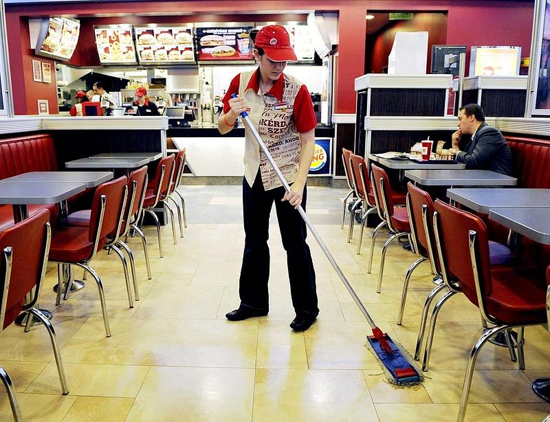 Elveszett száz magyar McDonald\'s-alkalmazott - ennyi a bér a hazai gyorséttermekben