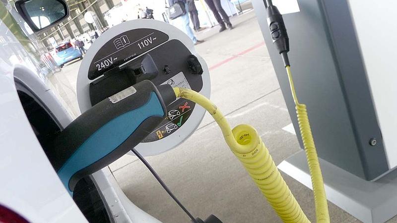 Milliárdokért vesz elektromos autókat az állam