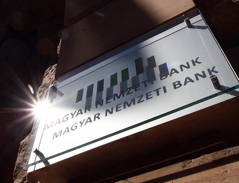 Sorban álltak a bankok az MNB pénzéért