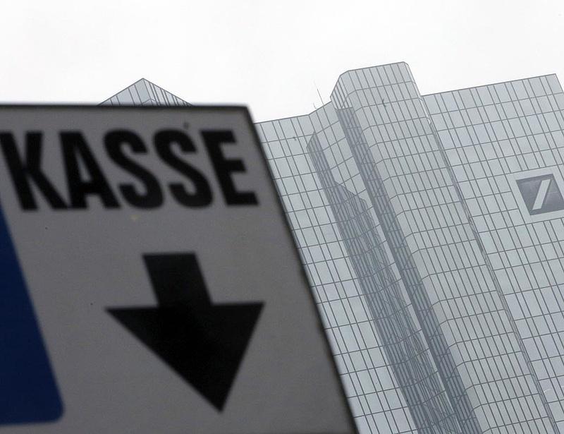 Milliárdos bírsággal sújtották a kamatmanipuláló bankokat