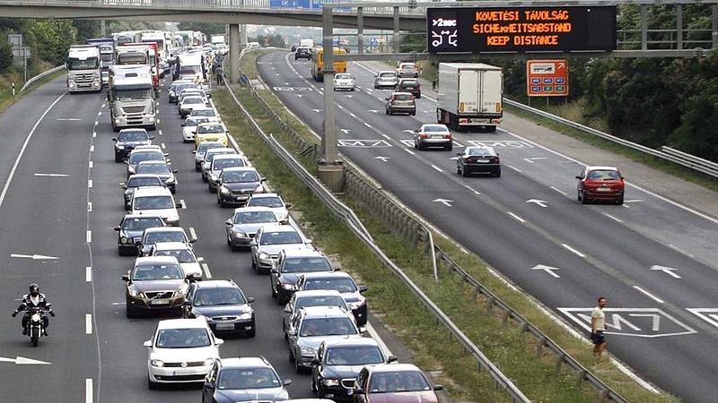 Több kilométeres a torlódás alakult ki az M7-esen baleset miatt (frissített)