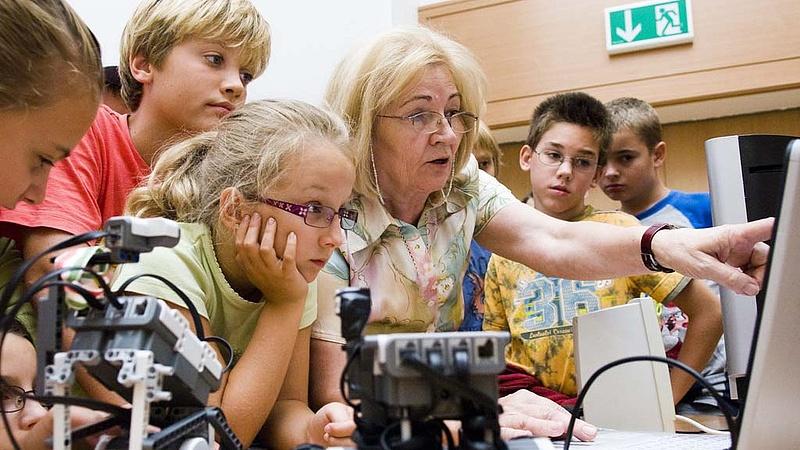 Így szúrt ki a kormány az idősebb tanárokkal