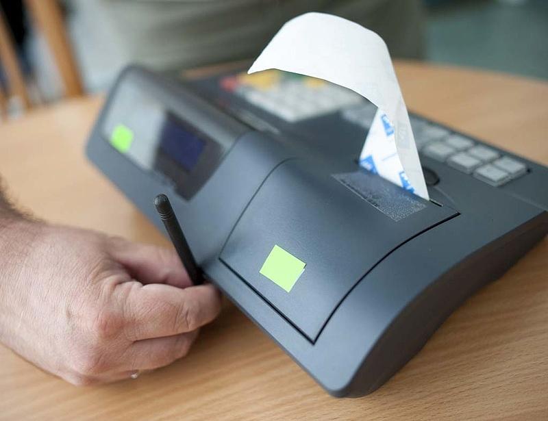 Visszavonták két online pénztárgép engedélyét